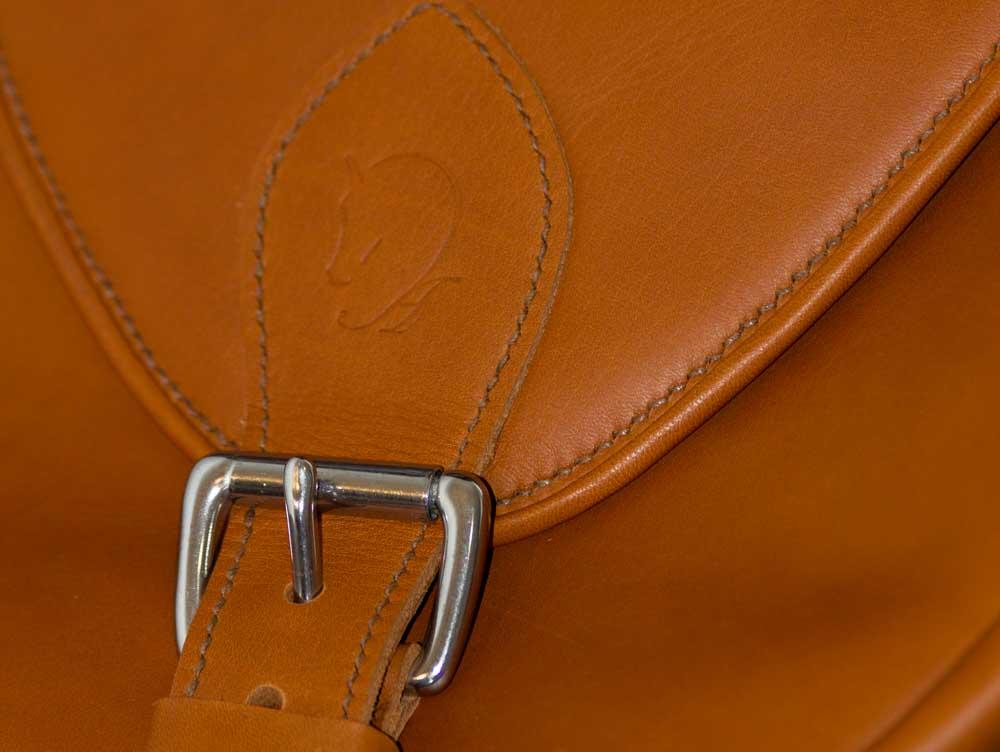 détail du rabat du sac à dos