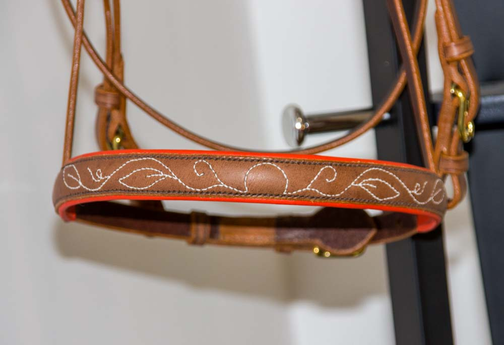 détails de la fonçure motif végétal sur le dessus de nez